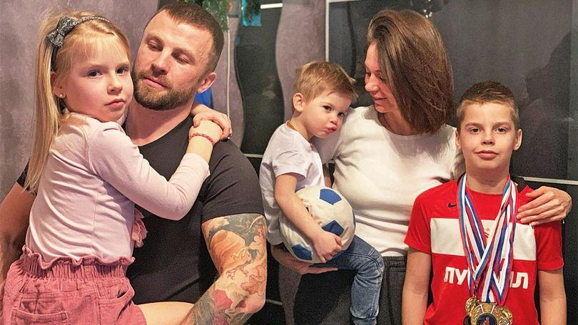 Михаил Ивкин с женой Юлией и детьми